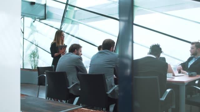 vídeos de stock e filmes b-roll de businesswoman having a presentation during a meeting - senior business woman tablet