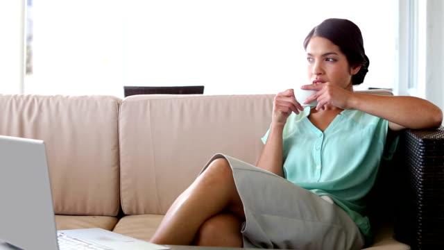 を持つビジネスウーマンのコーヒー - ソーサー点の映像素材/bロール