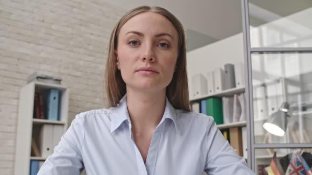 businesswoman having video meeting - znak ok filmów i materiałów b-roll