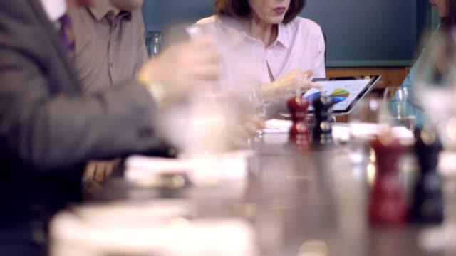 vídeos de stock e filmes b-roll de ms tu mulher de negócios exploração tablet digital e dando apresentação - senior business woman tablet