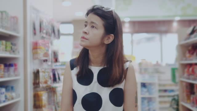 vídeos y material grabado en eventos de stock de empresaria en la tienda de comestibles - snack aisle