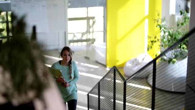 affärskvinna på kontoret - trappa bildbanksvideor och videomaterial från bakom kulisserna