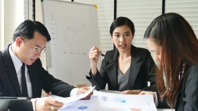 vídeos y material grabado en eventos de stock de liderazgo de empresaria en reunión con el equipo - asia