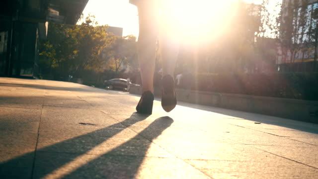 businesswoman legs walking in city - podążać za czynność ruchowa filmów i materiałów b-roll