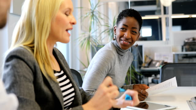 Geschäftsfrau hören, Kollegen treffen – Video