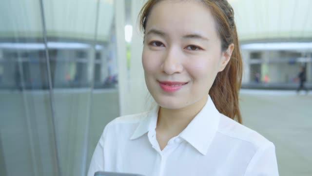 vidéos et rushes de femme d'affaires regardant l'appareil-photo - une seule femme d'âge mûr