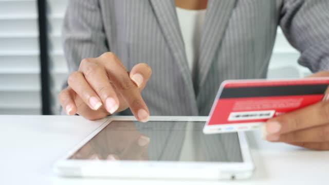 affärskvinna gör en kreditkort online köp - spendera pengar bildbanksvideor och videomaterial från bakom kulisserna