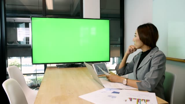 geschäftsfrau treffen auf videokonferenzen mit greenscreen - konferenzraum videos stock-videos und b-roll-filmmaterial
