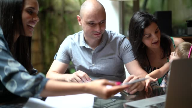 stockvideo's en b-roll-footage met zakenvrouw onderhandelen over sommige zaken met een familie - four lawyers