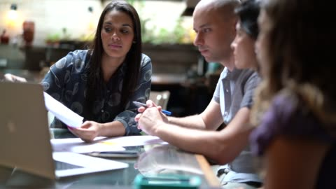 vídeos de stock, filmes e b-roll de empresária negociando alguns negócios com uma família - business
