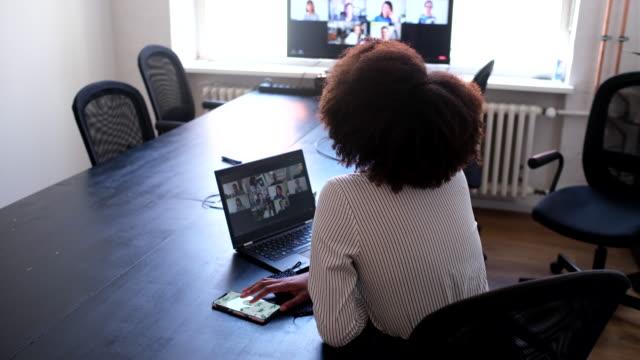 vídeos de stock e filmes b-roll de businesswoman on a video conference meeting at office - envolvimento dos funcionários