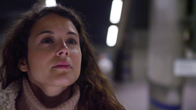 affärskvinna på pendling journey - endast unga kvinnor bildbanksvideor och videomaterial från bakom kulisserna