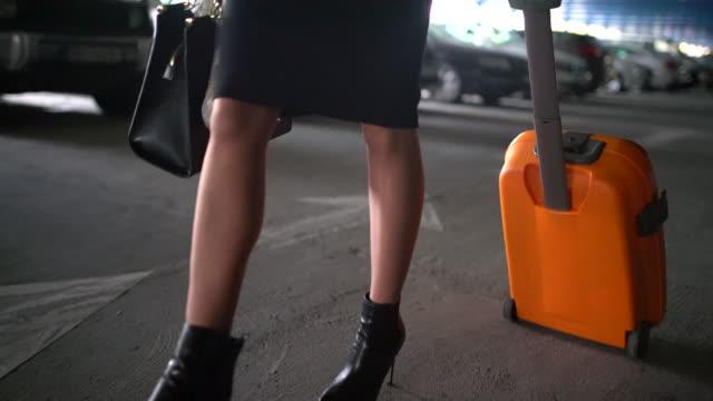 vídeos de stock e filmes b-roll de mulher de negócios em movimento - puxar