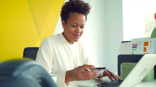vídeos y material grabado en eventos de stock de empresaria pagando en línea. - gerente de cuentas