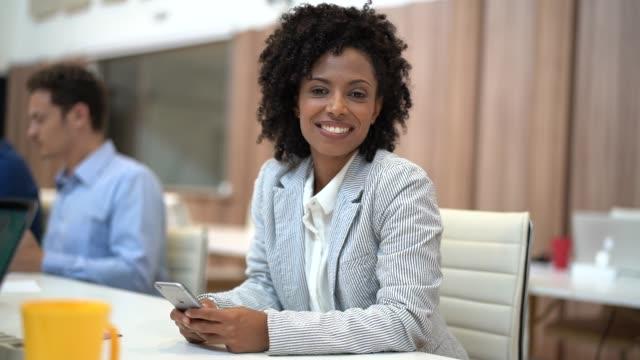 vídeos de stock, filmes e b-roll de retrato de mulher de negócios no encontro de negócios - ceo