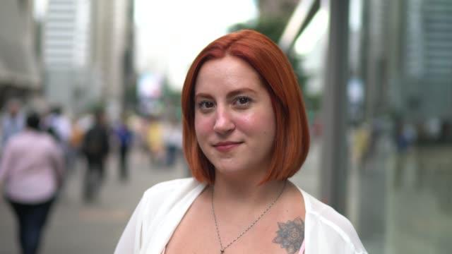 vídeos de stock, filmes e b-roll de retrato da mulher de negócios na rua - sul europeu