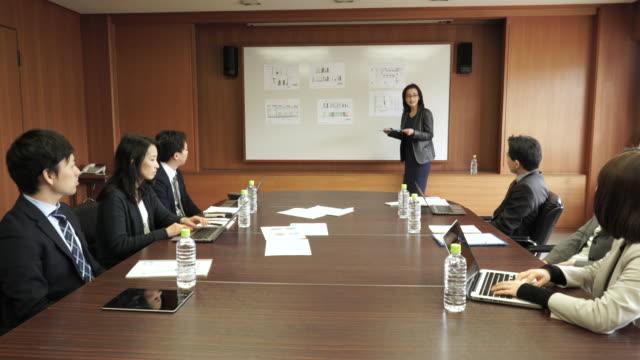 仕事一色にしたミーティングルーム - ビジネスマン 日本人点の映像素材/bロール