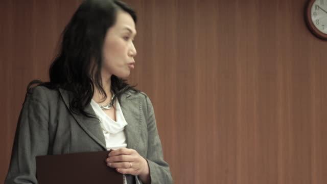 affärs kvinna som presenterar i mötes rummet - formella kontorskläder bildbanksvideor och videomaterial från bakom kulisserna