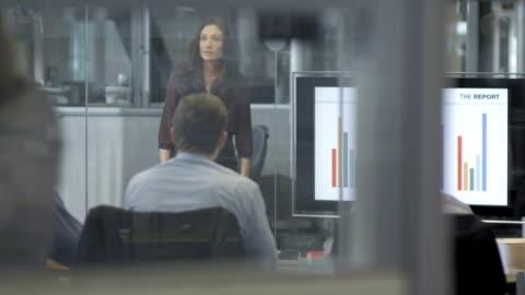 ls ds businesswoman presenting the financial report - dişiler stok videoları ve detay görüntü çekimi