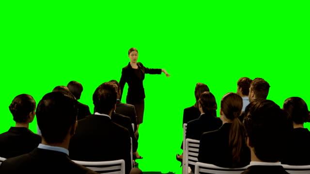 vídeos de stock e filmes b-roll de businesswoman pretending to be a trainer - fundo oficina