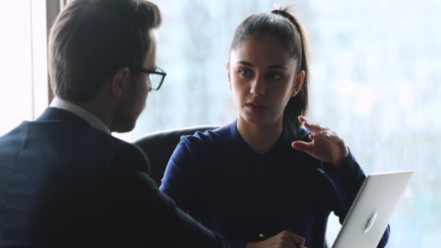 vídeos y material grabado en eventos de stock de businesswoman gerente profesional hablar con el cliente masculino mostrar presentación en línea - planificación financiera
