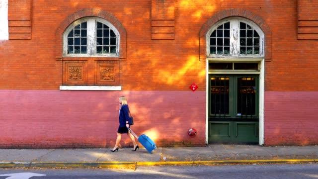 市内の歩道をスーツケースを引っ張って実業家。 - 煉瓦点の映像素材/bロール