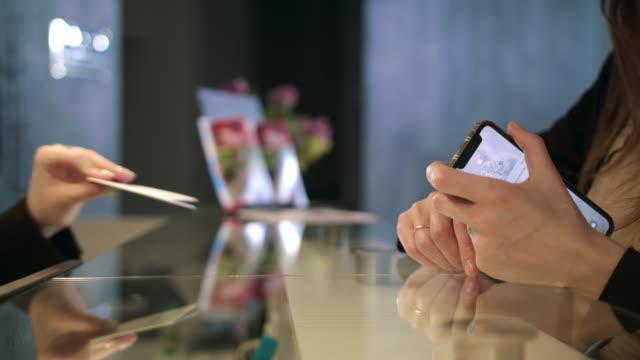 donna d'affari che riceve la chiave della carta nell'hotel del resort. chiave della stanza dell'amministratore - fare una prenotazione video stock e b–roll