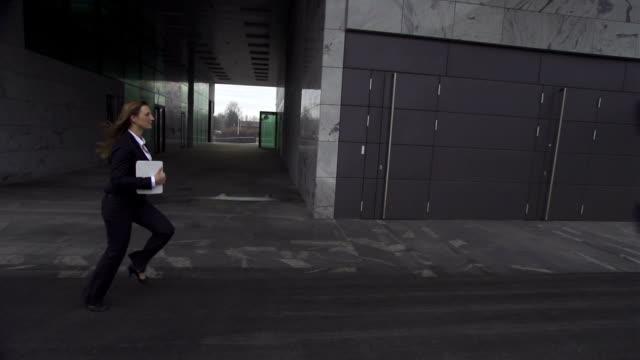vídeos y material grabado en eventos de stock de cámara lenta: empresaria corriendo de trabajo - urgencia