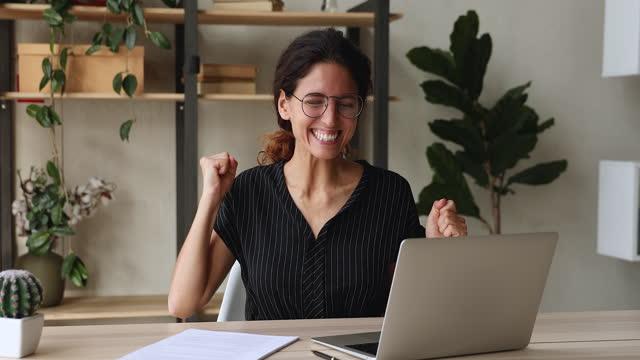 affärskvinna skriker känns överlycklig när de fick e-post med stora nyheter - lotteri bildbanksvideor och videomaterial från bakom kulisserna