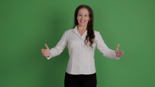 empresaria aparece copia espacio y mostrando pulgar en fondo verde - vídeo