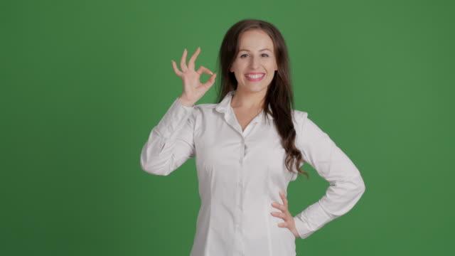 empresaria mostrando copia espacio en fondo verde - vídeo