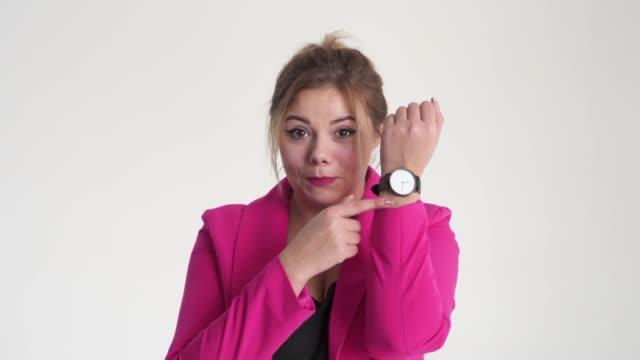 実業家に時間と誰かを招いて - 指差す 女性点の映像素材/bロール