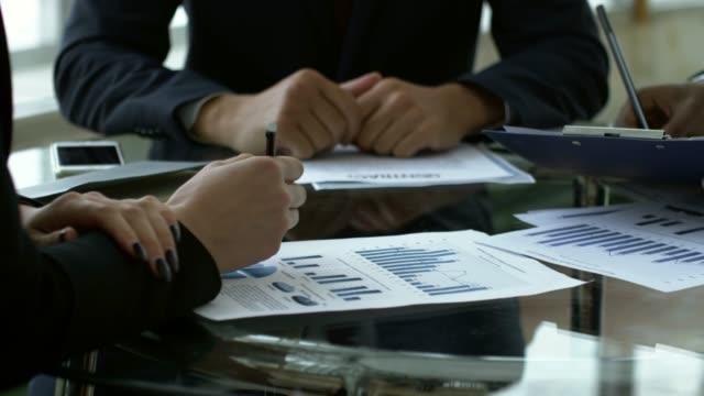 vídeos de stock e filmes b-roll de businesswoman signing contract with business partners - contrato