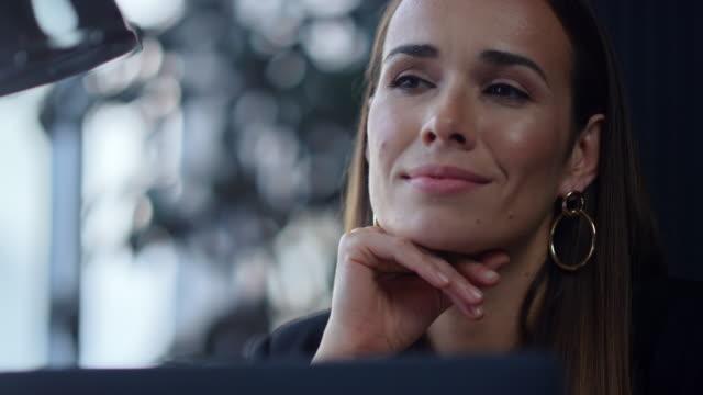 geschäftsfrau sitzt am arbeitsplatz mit laptop. dame hält hand im gesicht - introspektion stock-videos und b-roll-filmmaterial