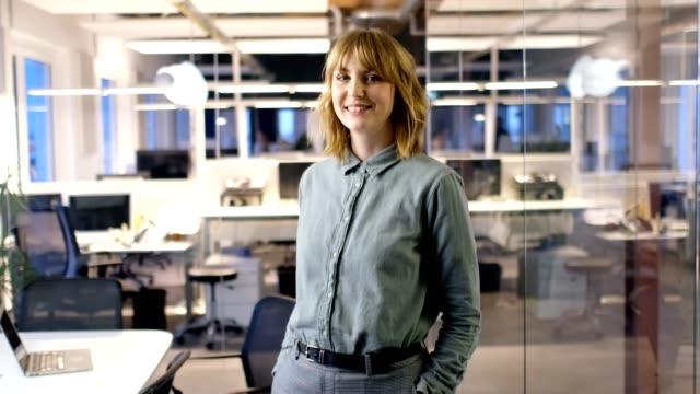 Geschäftsfrau, lächelnd, während Sie im Büro stehen – Video
