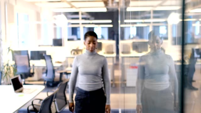 Geschäftsfrau stehend Arme gekreuzt im Büro – Video