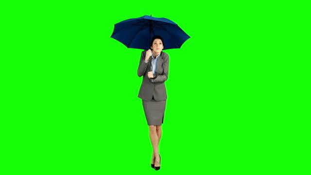 vídeos de stock e filmes b-roll de mulher de negócios em pé com guarda-chuva - guarda chuva