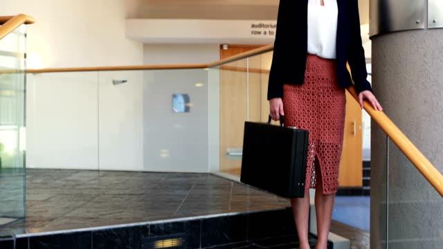 affärskvinna som står med portföljen i trappor 4k - blazer bildbanksvideor och videomaterial från bakom kulisserna