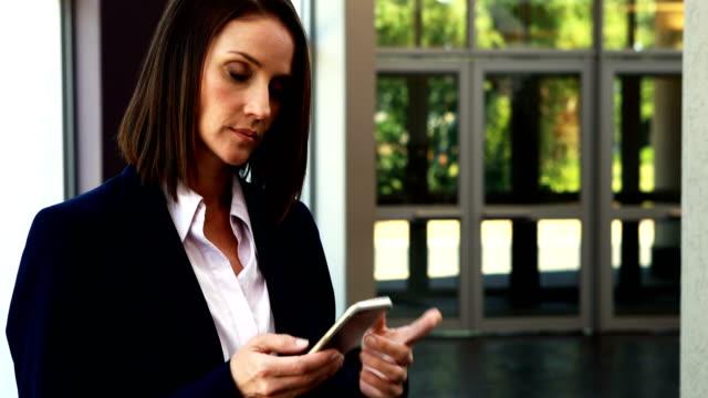 affärskvinna talar på mobiltelefon 4k - blazer bildbanksvideor och videomaterial från bakom kulisserna