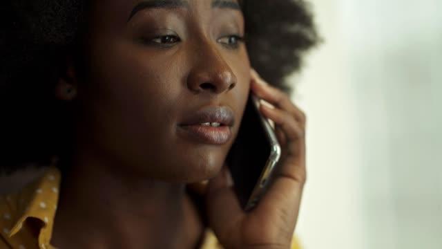 affärskvinna talar i telefon - använda telefon bildbanksvideor och videomaterial från bakom kulisserna