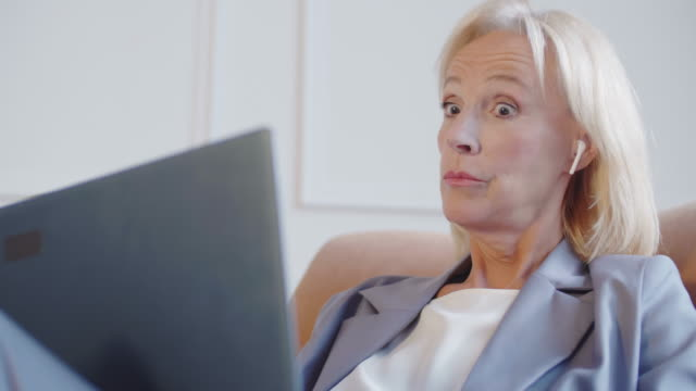 stockvideo's en b-roll-footage met onderneemster die door draadloze hoofdtelefoons spreekt - four lawyers