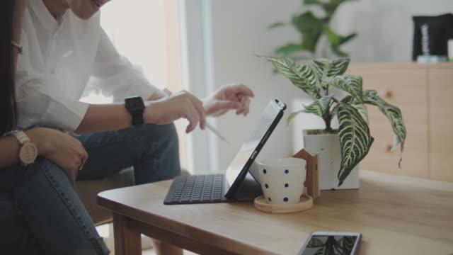 vídeos y material grabado en eventos de stock de lgbtq : mujer empresaria hablando con una clienta femenina en casa. - propiedad inmobiliaria