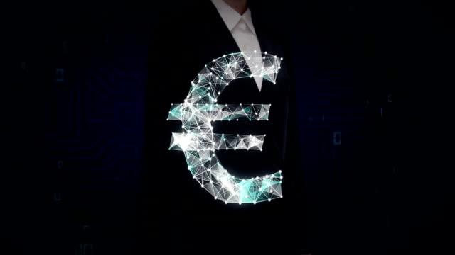 geschäftsfrau berührt bildschirm, zahlreiche punkte zu sammeln um ein euro-währung-zeichen, low-polygon-web zu erstellen. - woman and polygon stock-videos und b-roll-filmmaterial