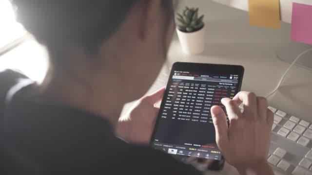 vídeos y material grabado en eventos de stock de mujer de negocios usar tableta para comerciante - riesgo
