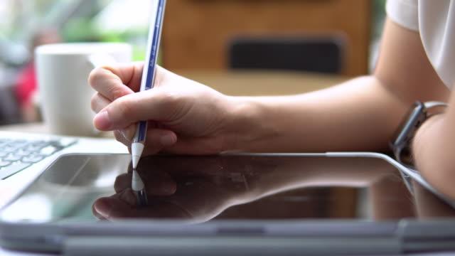geschäftsfrau mit digitalem pen-schreiben auf tablet - konferenztisch stock-videos und b-roll-filmmaterial