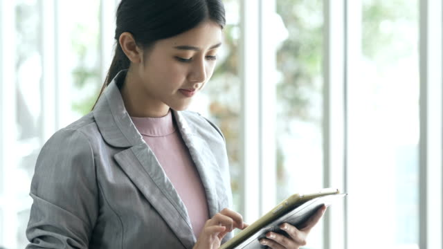 彼女のオフィスでデジタル タブレットを使用して実業家 ビデオ