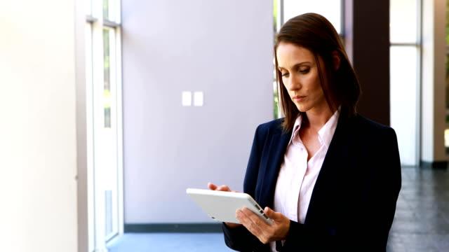 affärskvinna med digital tablett i kontor 4k - blazer bildbanksvideor och videomaterial från bakom kulisserna