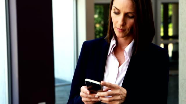 affärskvinna med mobiltelefon 4k - blazer bildbanksvideor och videomaterial från bakom kulisserna