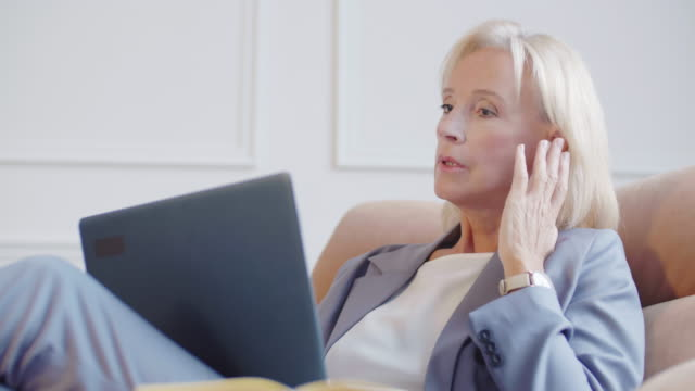 stockvideo's en b-roll-footage met onderneemster die pc en draadloze hoofdtelefoons gebruikt - four lawyers
