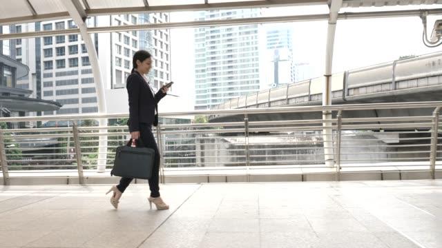 i̇şkadını çalışmak için telefon dokunmatik ekran commuting kullanma - el aleti stok videoları ve detay görüntü çekimi